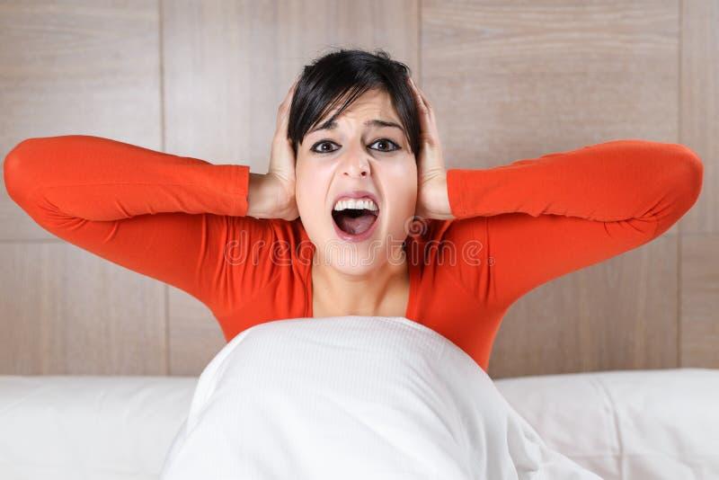 妇女叫喊的晚上 免版税库存图片