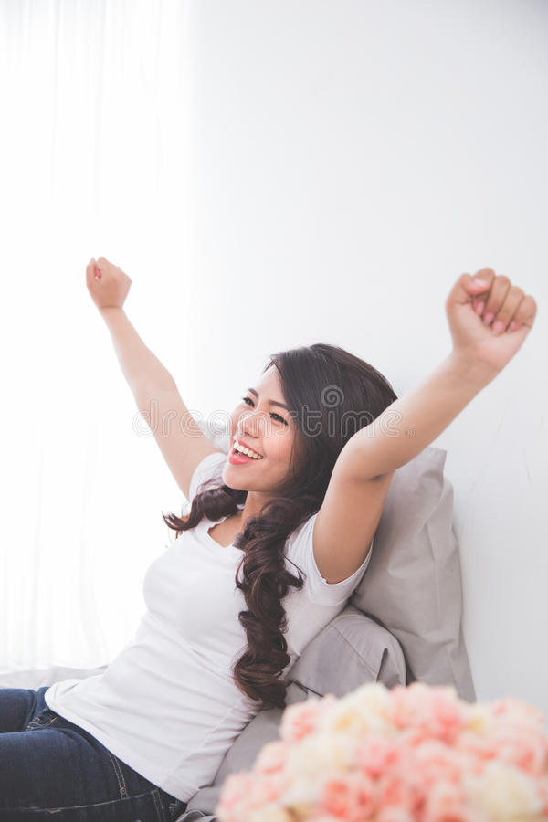 Download 妇女叫醒舒展她的身体 库存图片. 图片 包括有 愉快, 妇女, 现有量, 微笑, 偶然, 兴奋, 苏醒, 空白 - 62529067