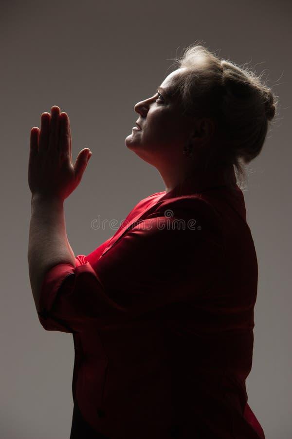 妇女召集给上帝通过祷告,递被扣紧的toget 库存照片