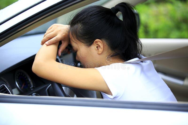 妇女司机哀伤在汽车 库存照片
