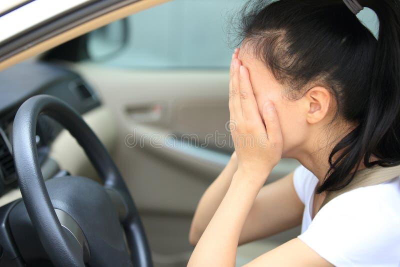 妇女司机哀伤在汽车 图库摄影