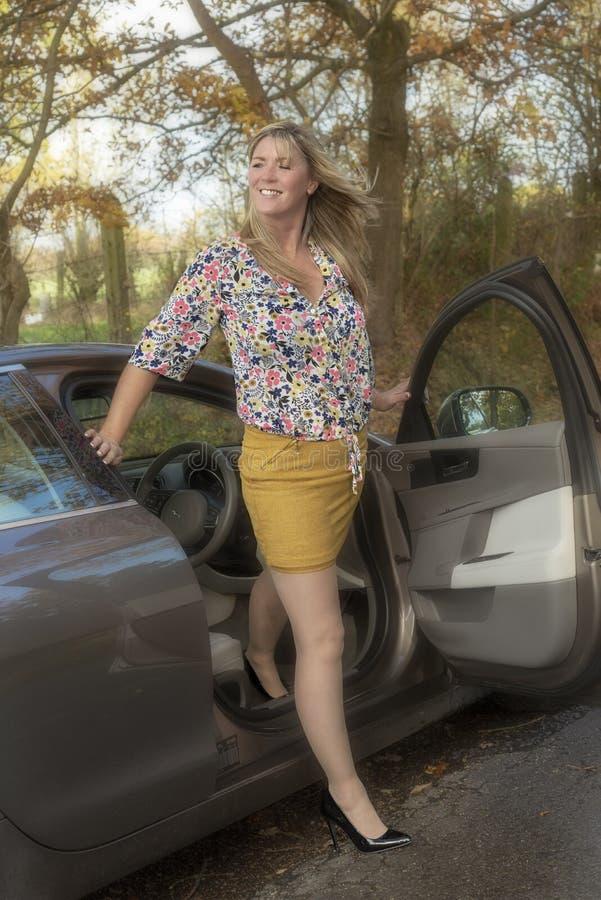 妇女司机离开车 库存图片