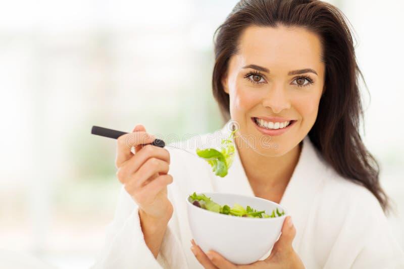 妇女吃健康 免版税库存照片