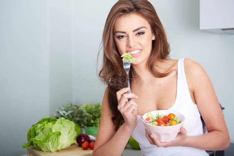 妇女吃着在碗的一salat 库存图片