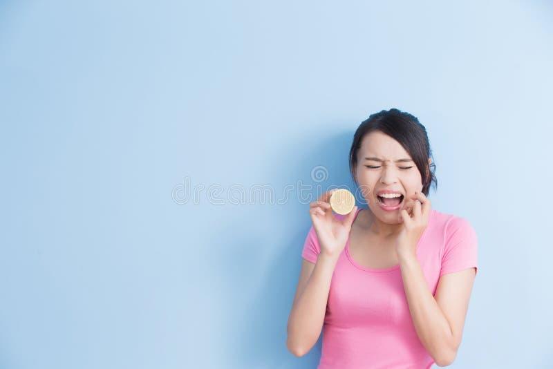 妇女吃酸柠檬的感受 免版税库存图片