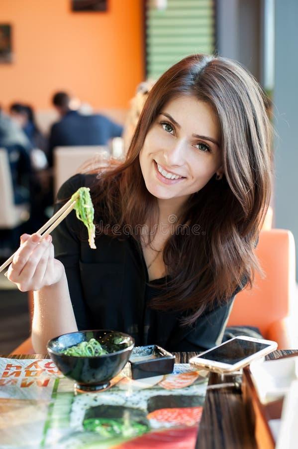 妇女吃Chuka 免版税库存照片