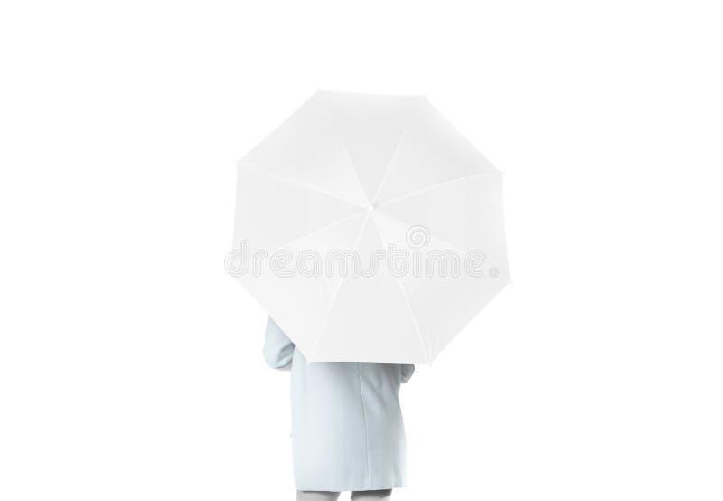 妇女向后站立与白色空白的伞被打开的大模型 免版税库存照片