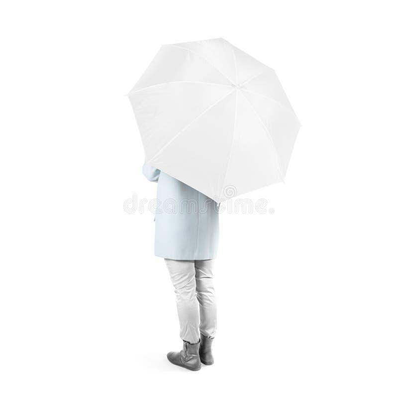 妇女向后站立与白色空白的伞被隔绝的被打开的大模型 免版税图库摄影