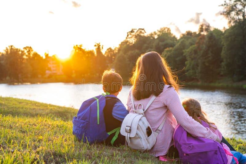 妇女和两个孩子从后面 免版税库存照片