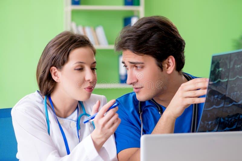 妇女和人妇产科医师谈论医疗案件在诊所 免版税库存照片