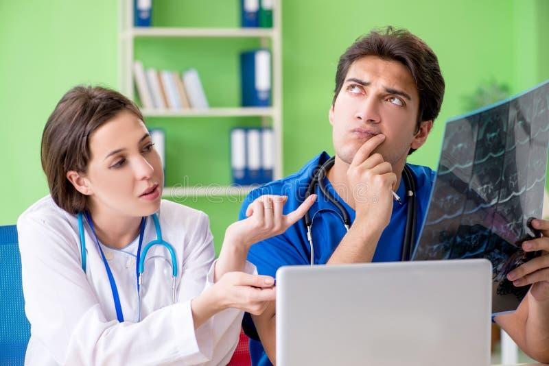 妇女和人妇产科医师谈论医疗案件在clini 图库摄影
