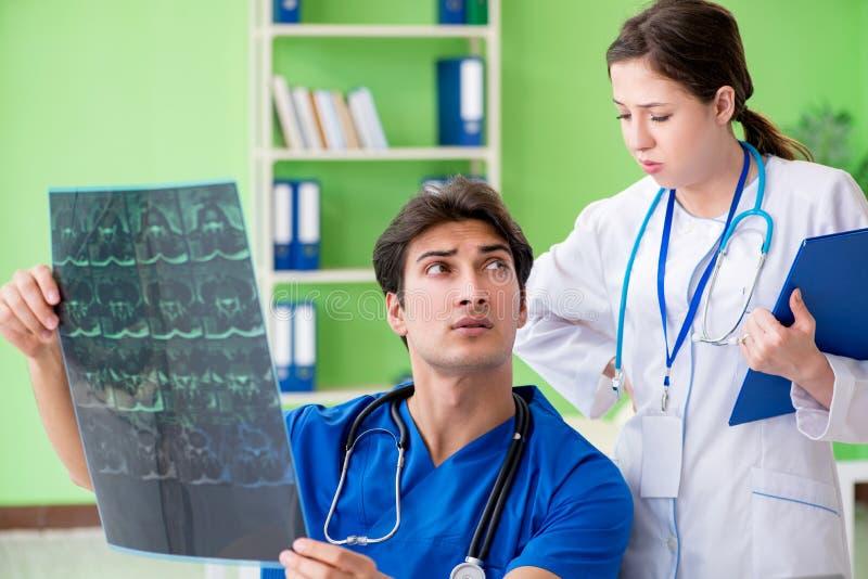 妇女和人妇产科医师谈论医疗案件在clini 库存照片