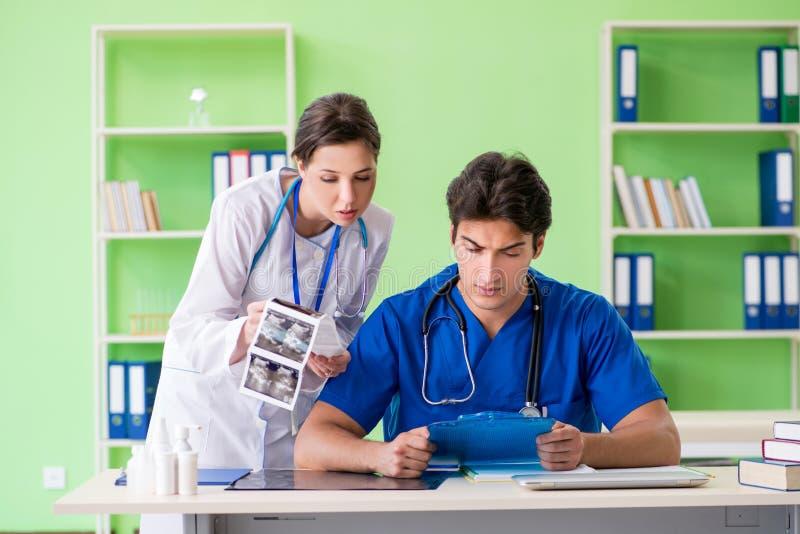 妇女和人妇产科医师谈论医疗案件在clini 免版税库存照片