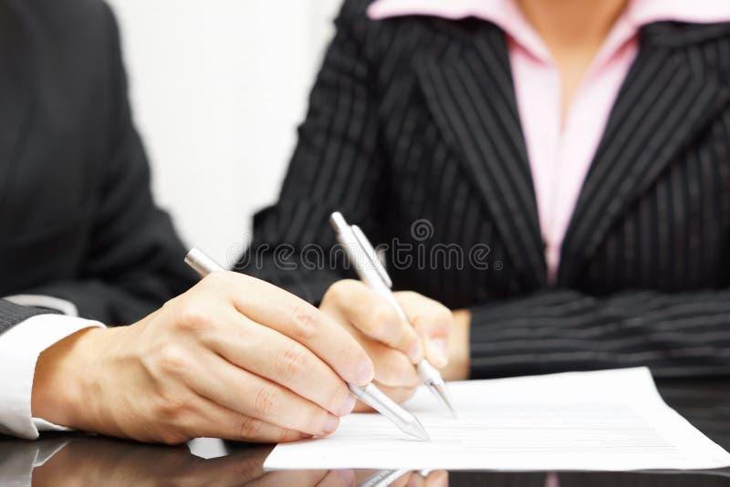 妇女和人是分析和履行文件 库存图片