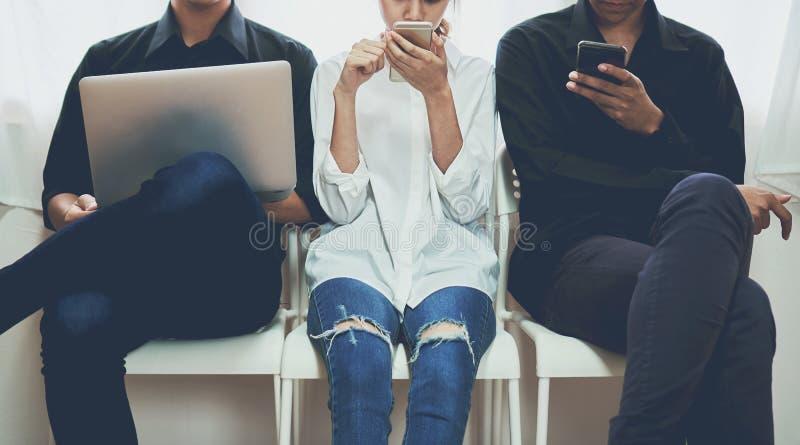 妇女和人是朋友 用途电话和计算机科技概念做我们的生活超越 库存照片
