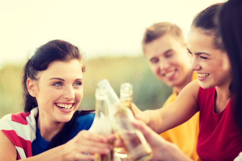 妇女和人有饮料的在海滩 免版税库存照片