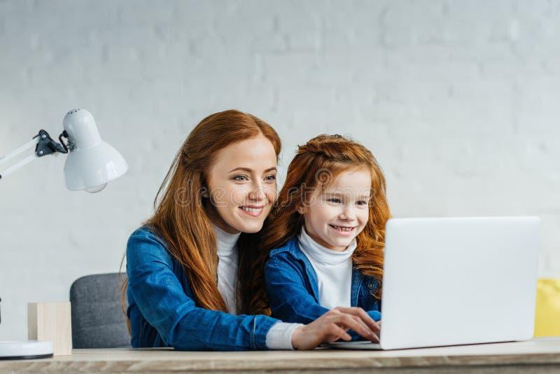 妇女和儿童看 免版税图库摄影