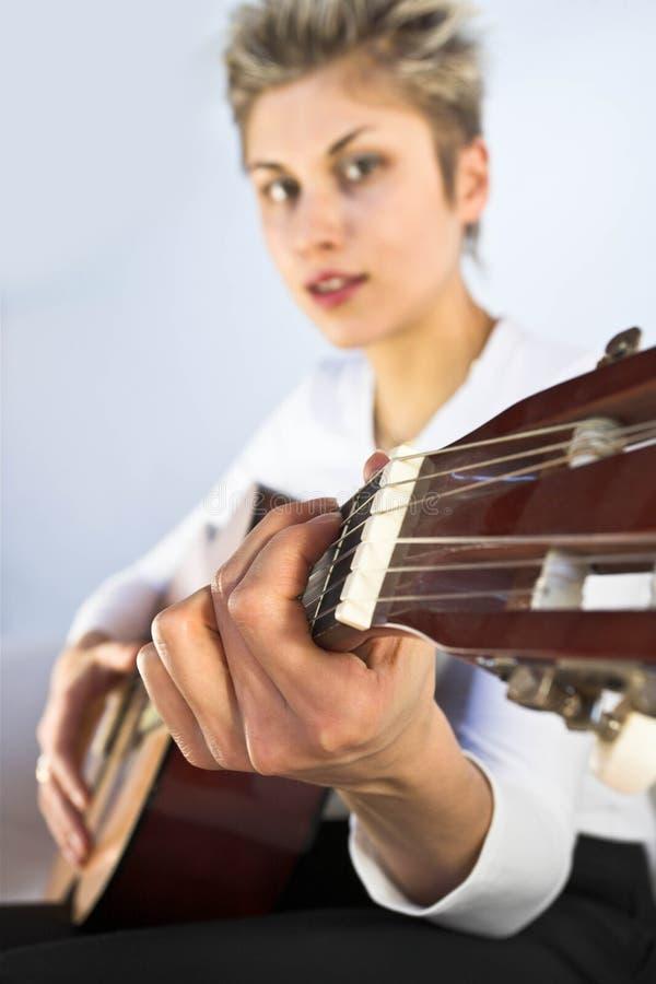 妇女和吉他 免版税图库摄影