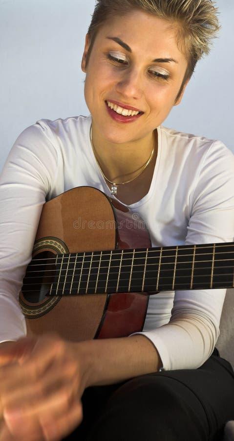 妇女和吉他 免版税库存图片
