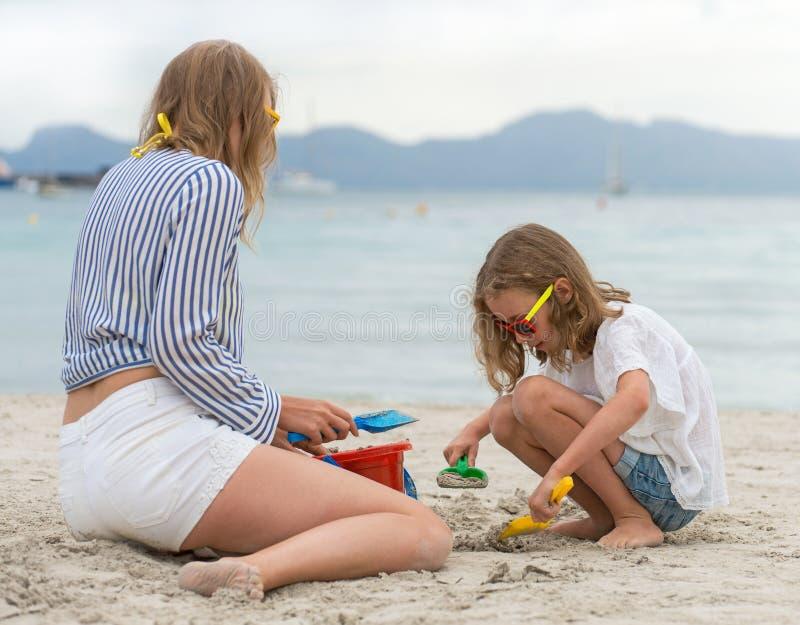 妇女和她女儿使用 库存图片