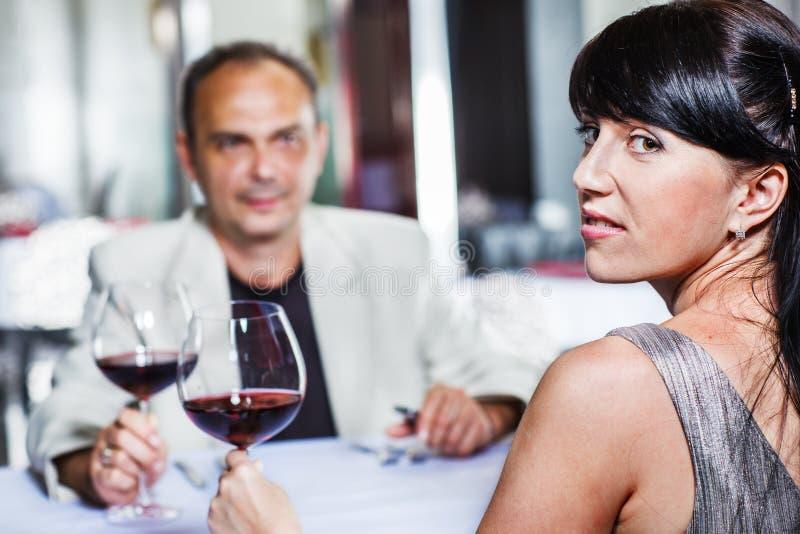 妇女和她的丈夫在餐馆 免版税库存照片