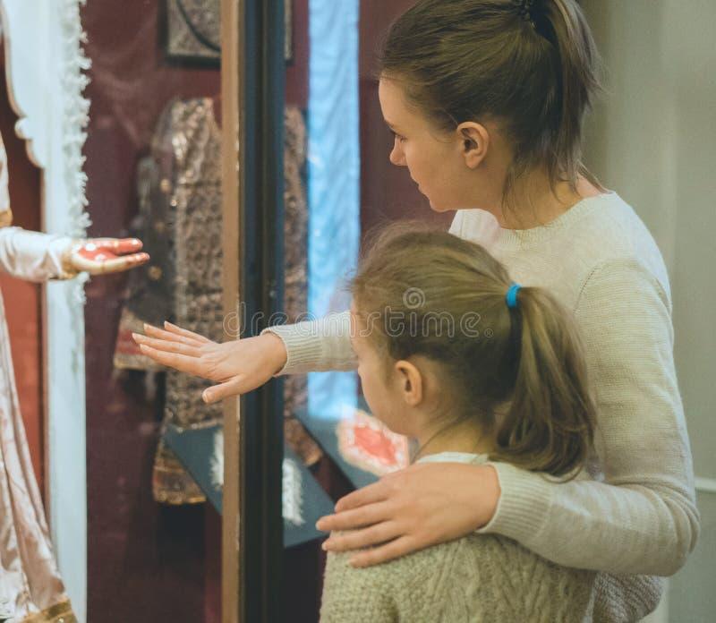 妇女和她的女儿在博物馆 库存照片