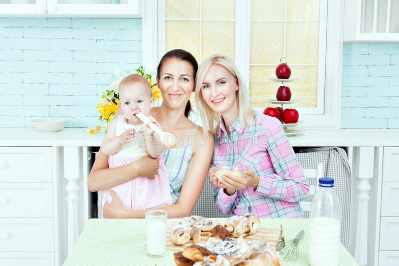 妇女和孩子在厨房里在家 库存图片