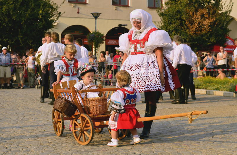 妇女和孩子民间服装的 免版税库存照片