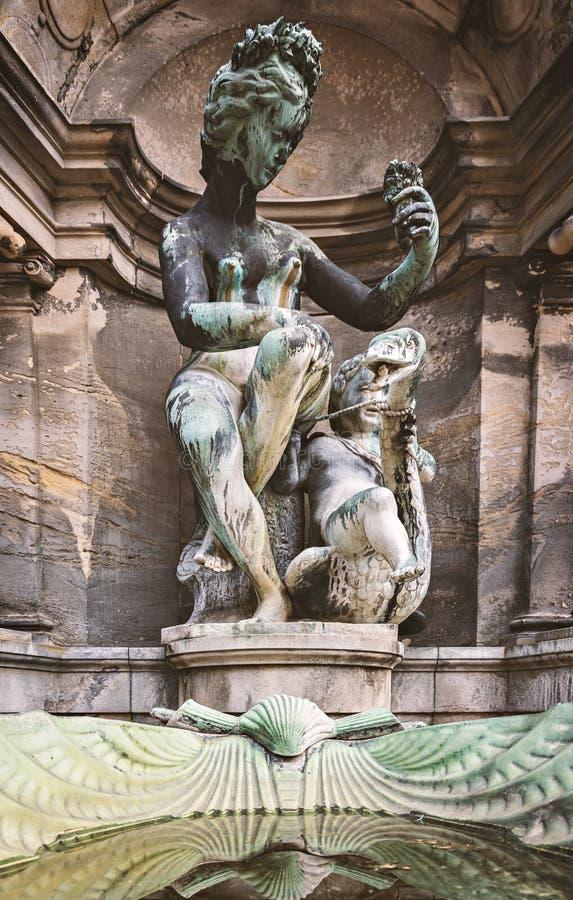 妇女和孩子雕象  库存图片