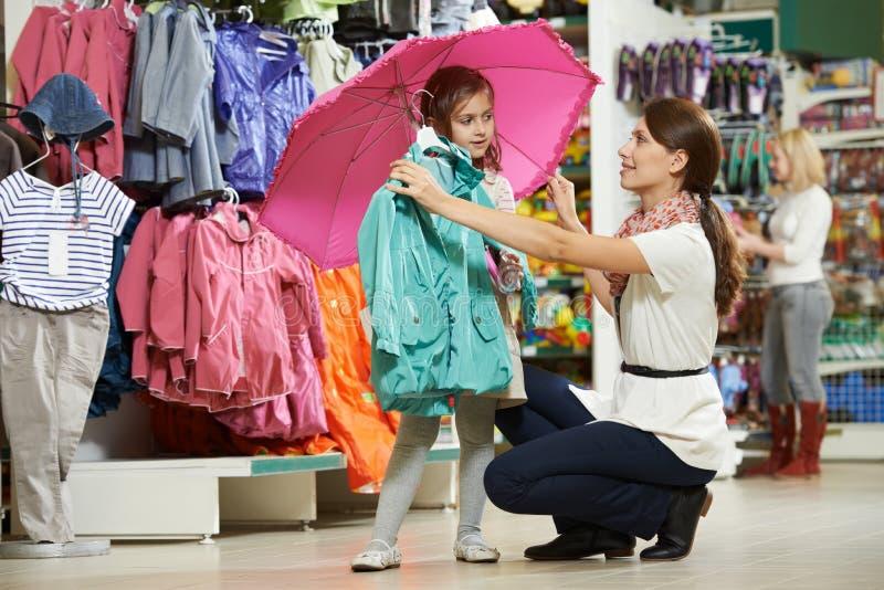 妇女和小女孩购物衣裳 免版税库存图片