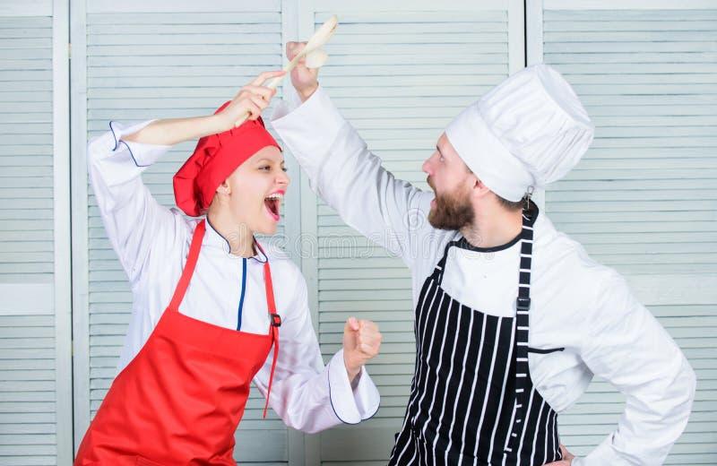 妇女和有胡子的人烹饪展示竞争者 最后烹调挑战 两位厨师烹饪争斗  夫妇 库存照片