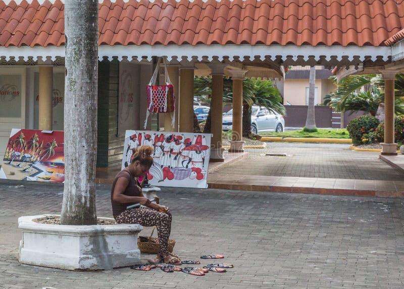 妇女和木面具 免版税库存照片