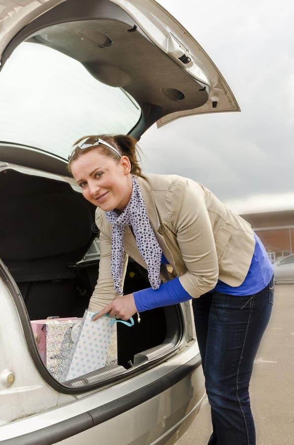 妇女和汽车 免版税库存图片