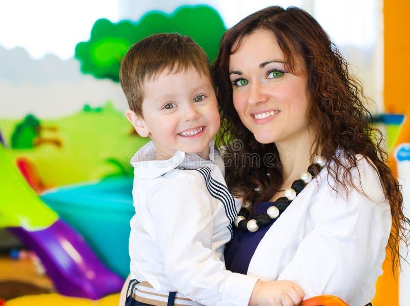 妇女和小男孩画象  免版税库存图片