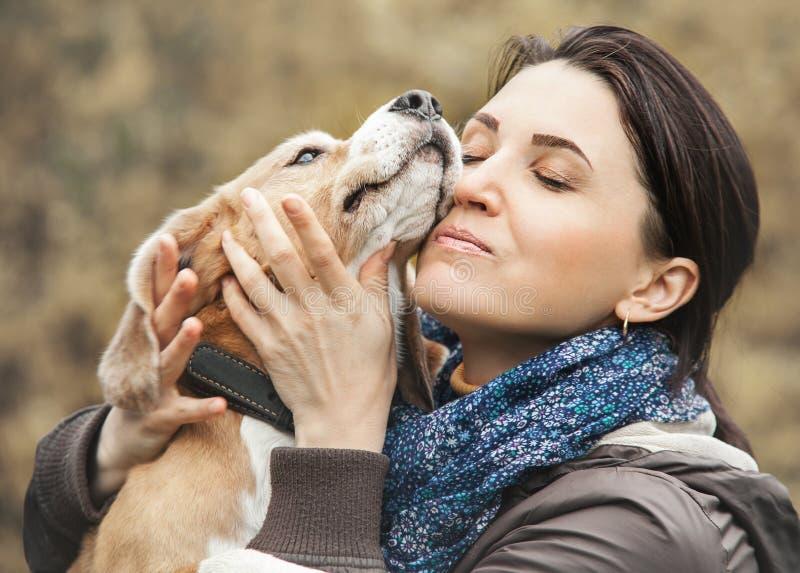 妇女和狗招标拥抱 免版税图库摄影
