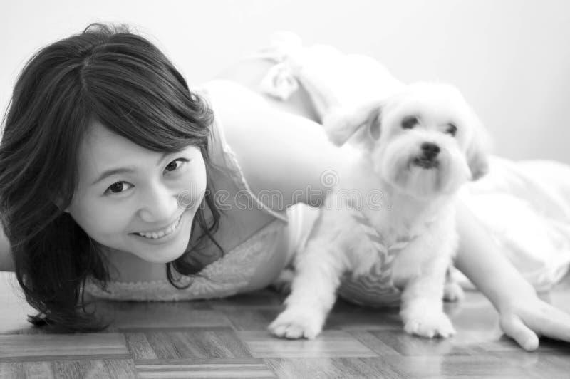 妇女和狗 库存照片