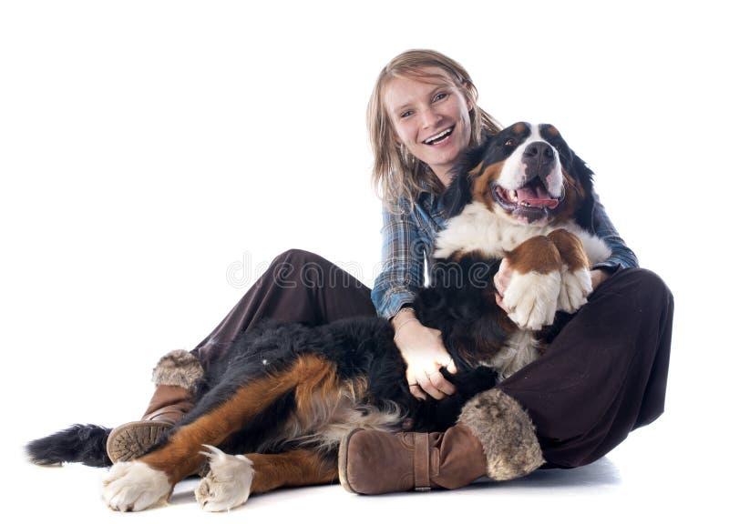 妇女和狗 免版税库存图片