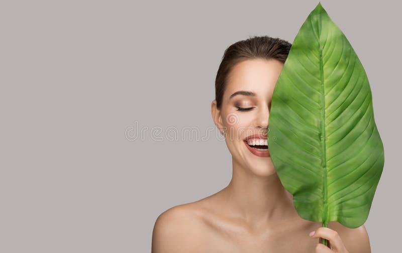 妇女和绿色叶子画象  有机秀丽 库存照片
