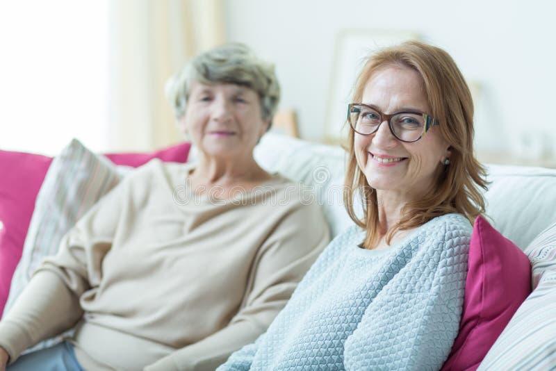 妇女和老妇人 免版税库存照片