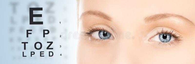 妇女和视力检查表 免版税库存图片