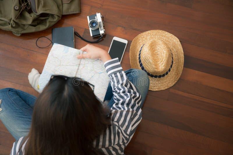 妇女和设备顶视图旅行的,亚裔妇女是org 库存图片