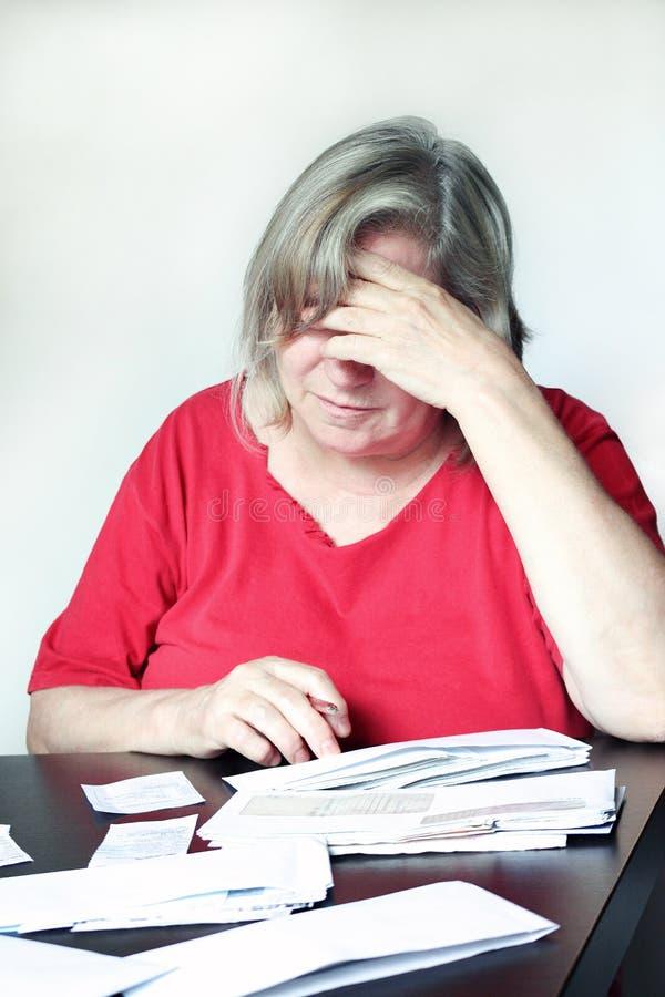 妇女和账单 免版税图库摄影