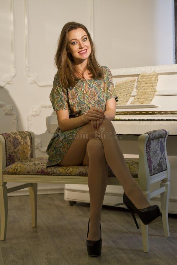 妇女和钢琴 免版税库存照片