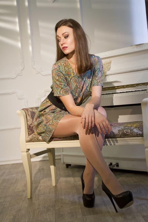 妇女和钢琴 库存照片