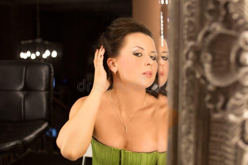 妇女和镜子 免版税库存照片