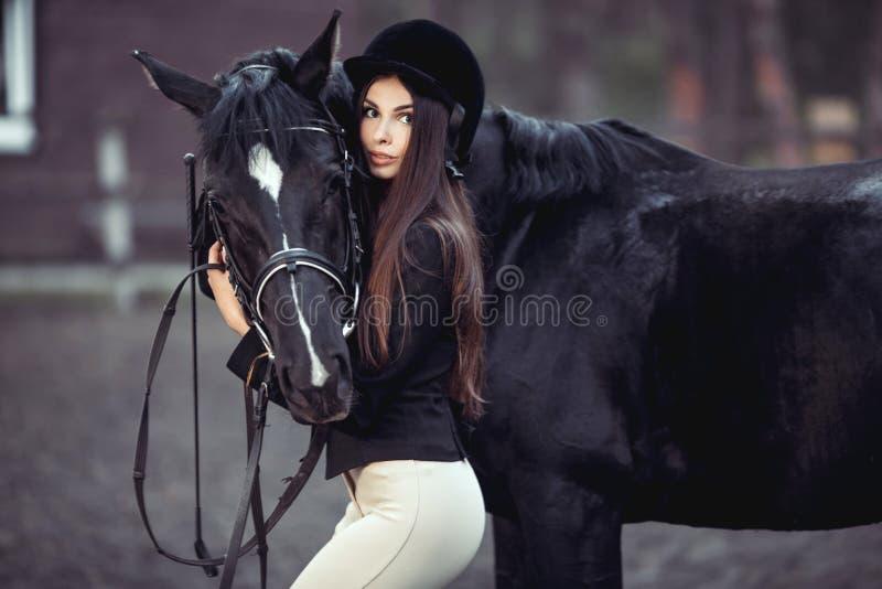 妇女和马在骑术学校 库存照片