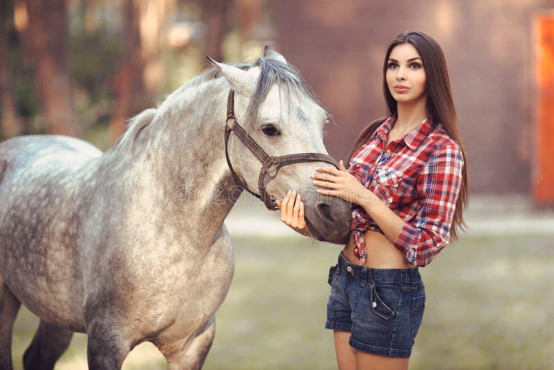 妇女和马 偶然性感的样式 库存照片