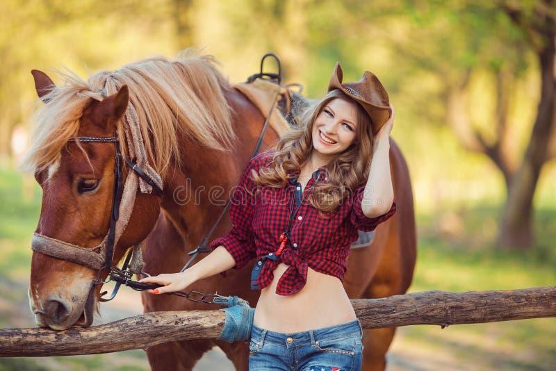 妇女和马 狂放的西部减速火箭的样式 免版税图库摄影