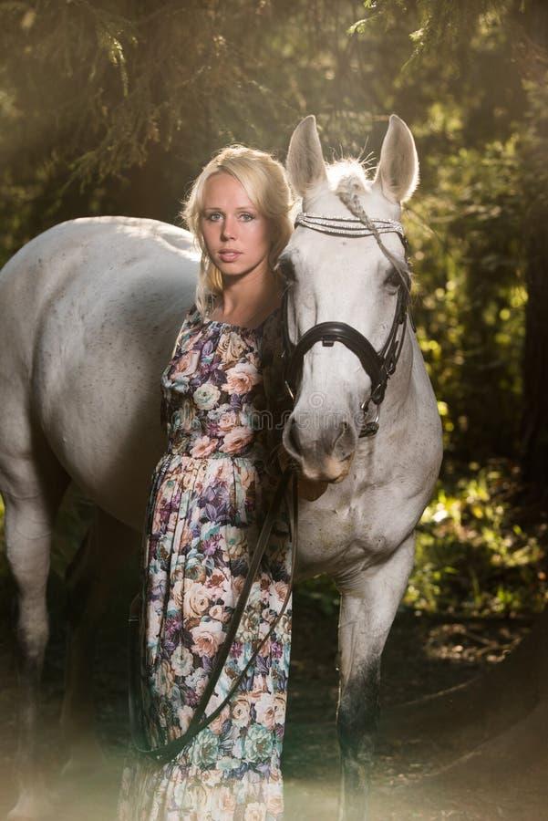 妇女和马 免版税图库摄影