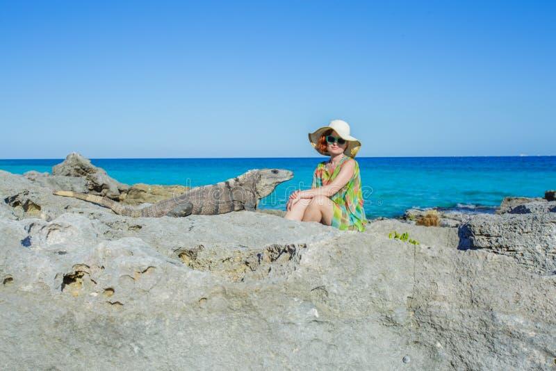 妇女和鬣鳞蜥 免版税图库摄影